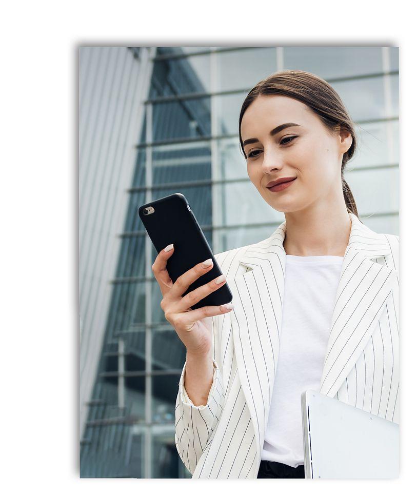 一个女人和她的手机让她